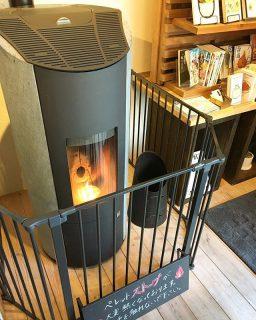 ペレットストーブ 輻射熱で心地よい暖かさ! ペレット燃料で薪に比べ手間もかかりません! アルタナカフェは本日も10時から17時までのオープンです