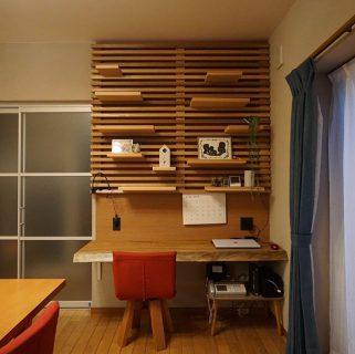 お客様要望でご提案した集成材の造作デスク&本棚。 受け材は壁の中に埋込み、自然塗料で仕上げています。 材料は用途によって化粧板や無垢板な