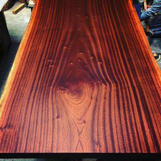 来週納品予定のサペリ一枚板をオイルフィニッシュ仕上。 綺麗な縞模様が浮かび上がりました!