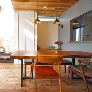 ◆MUKU-TEN一枚板納品事例◆ 2mのブラックウォールナット一枚板をダイニングテーブルに。 明るいラステックのメープル無垢床とウェスタンレッドシダー天井そして、重厚で深みのあるのブラックウォールナットの、個性異なる無垢素材のコーディネートが唯一無二の心地良さを演出しています! . すべてが一点物の無垢一枚板MUKUTEN店頭展示販売中