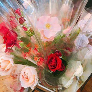 大井川の薔薇農家さん直送の薔薇販売しております 1束100yen+tax アルタナカフェは本日も10時から17時までのオープンです(^^)