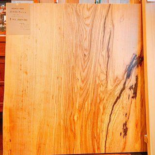 天然木一枚板一つとして同じ物がなくダイニングにあるだけで存在感がありますよ。