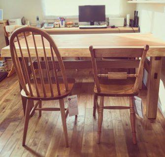 【家具納品事例】 MUKU-TEN天竜杉一枚板テーブルに飛騨産業Northern Forestの北海道産カバ無垢材の椅子を合わせました。 木の暖かみを肌で感じていただけるダイニングです