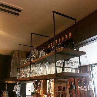 オープンキッチンをおしゃれに飾れるウッドワンKUROMUKUシリーズの吊り収納。 下地さえあれば後からでも施工可能です。 #woodone #kuromuku #吊り収納 #ウ