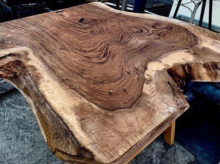 希少材クラロウォールナット 1m×1mのMUKUTEN 入荷しました。樹皮を残して無骨なイメージとYの造形が唯一無二感が増す一枚です。 明日1/6日までアルタ