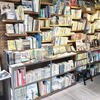 アルタナカフェでは様々なジャンルの本をご用意しております。 棚に置いてある本は無料にて貸出しも行なっていますので本を途中まで読んだけど続きが気になる!という方はお家でゆっくり読む事も出来ますよ