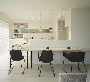 明るいキッチンカウンターにデザイン違いのダーク色チェアを合わせたモノトーンコーディネート。