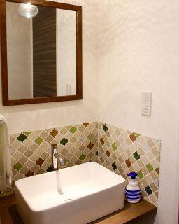 . タイル使用でナチュラルにまとめた洗面台。 . #リノベ #リ