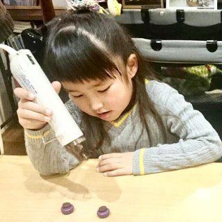先日のテーブルマーケット内でのワークショップ「食べられないアポロチョコを作ろう」の様子 お子さんの一生懸命に作る姿が印象的でし
