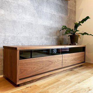 リビングAVボード納品事例 ブラックウォールナット無垢材の美しい木目が繋がる、木目通しの引出し前板とブラックガラスがシャープで上質な印象のAVボード