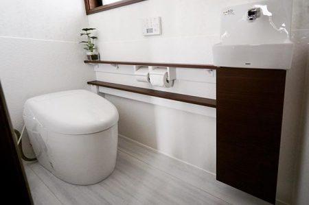 快適さを追求したトイレリフォーム。 床と壁の一部に陶器のパネルを使用し、「抗菌・防臭・防汚・高清掃性」を
