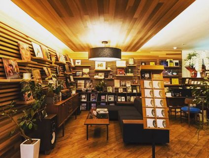 . リノベカフェ #アルタナカフェ の「或る棚」。 . レコード
