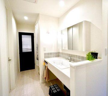 二世帯住宅の大幅リノベーション! LDKを出てすぐの廊下には、奥様こだわりの造作洗面台を設置しました。 浴室を誰かが使用していても、気にせずさっと身支度ができます♀️ .