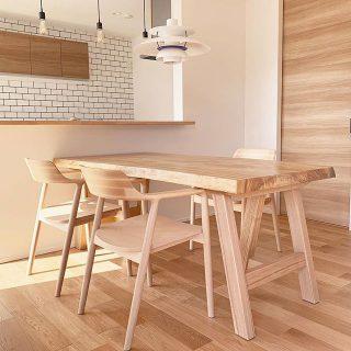 【MUKU-TEN&家具納品事例】 樟(クス)一枚板のダイニングテーブルにマルニ木工の名作チェア、HIROSHIMAアームチェアを合わせました。