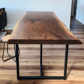 【MUKU-TEN納品事例】 人気樹種のブラックウォールナット一枚板のダイニングテーブル。ブラックのスチール脚を組み合わせることで一際、男前な雰囲気が増します。こちらはマットな質感のウレタン塗装仕上げ。