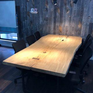 【MUKU-TEN納品事例】 ・ 楢(なら)の一枚板テーブルを東京八丁堀のショールーム兼オフィスの打合せテーブルとしてご提案設置させていただきました。