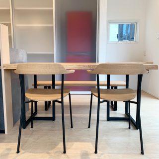 MUKU-TEN&マルニ木工・マスターウォール家具納品事例】 ブラックのスチール脚で統一感を! ダイニングテーブルは、MUKU-TENホワイトアッシュ一枚板。椅子は片側にマルニ木工のHIROSHIMAアームチェア スタッキングタイプ、もう片側にはマスターウォールのWILDWOODベンチを合わせました。