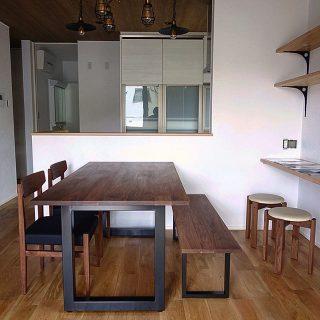 【家具納品事例】マスターウォールの家具で揃えたかっこいいダイニング アイアンが使われた階段、照明器具や無垢材のフローリング、棚などこだわりの新築住宅の内装に合わせたマスターウォールの家具。 木部は全て高品質のウォールナット無垢材でしっかりとした造りなので、長く使っていただける一生モノです!! ︎︎︎︎︎ ︎ ︎ ︎ 明日5/3(金・祝)は11時〜17時、明後日5/4(土)は向かいのALTANA Café のテーブルマーケット開催に伴い、9時〜17時オープンいたします。 ハナレでは毎回好評のハギレ&木っ端を販売いたします! ※今回はグリーン即売会はお休みです。 ・・・・・・・・・・・ 〈GW期間中のお休み〉 ◆5/5(日)〜9(木) ・・・・・・・・・・・ ・
