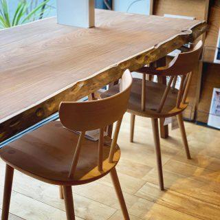 一枚板テーブルMUKU-TENには無垢材チェアがよく似合います。 ︎ MUKU-TEN アフロモシア一枚板テーブル *無塗装 飛騨産業 YURUR Iチェア/ビーチWO色 ¥43,000+TAX YURUR Iアームチェア /ホワイトオークWO色 ¥55,000+TAX ︎ ︎ 明日5/27(月)も11:00〜17:00オープンいたします。