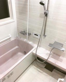 在来浴室(昔のタイル貼りのお風呂)からユニットバスへのリフォーム。 タカラスタンダードの「ぴったりサイズシステムバス」は2.5cm刻みでサイズオーダー出来るので無駄のないリフォームが可能です! サッシも二重サッシに変更で断熱もバッチリ。 ————————————— more photos→@altana_renovation ————————————— 富士市永田67-17 1F TEL0545-51-8700 の なら へ! 「これまで」と「これから」を彩るリノベーション、として リノベカフェ と「部屋を考える店」インテリアショップ の2店を拠点に リフォーム・リノベーションのご相談から家具のコーディネートまで、 すべてを一か所で完結できるスムーズな流れのご提案をいたします。 . 店舗から水回りなどの設備交換、間取り変更や住まいの性能強化まで。
