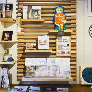 店内壁面に「或る棚」設置しました! 「或る棚(アルタナ)」は横格子の好きな箇所に板を差し込んで作る可動棚。  ALTANAオリジナルの内装です / ・ ・ お気に入りの本や雑貨、オブジェなどを飾って自分だけのディスプレイを楽しんでいただけます︎ 新築物件にはもちろん、リフォーム・リノベーションでも取付け可能 ・ ・ 施工のお見積りやお問い合わせはお気軽にハナレアルタナスタッフ(担当;高橋)にお声かけいただくか、DMでもどうぞ!当店やアルタナカフェで実物をじっくりご覧ください! ・ ・ 「或る棚」他、リフォーム・リノベーションの豊富な施工事例はコチラから↓ @altana_renovation