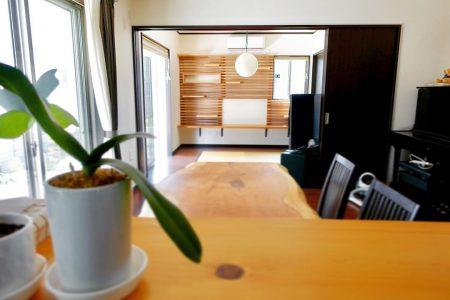 ︎ 可動棚「アルタナ」設置完了! . 本日、島田市T様邸にて 施工工事を行いました! . 写真1枚目は、キッチンから眺めるリビング&ダイニング。カウンターにテーブル、そしてアルタナ…無垢の木に囲まれた落ち着く空間に。 . . . 詳細はHPにも掲載しますので要チェック︎ (HPは @altana_renovation トップページに掲載のURLからアクセスできます!)