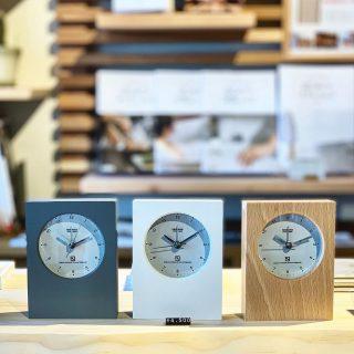 手元に置きたいシンプルなミニ時計🕰 レムノス mini グレー/ホワイト/ナチュラル W90×D38×H120mm/235g ¥4,500+TAX ︎ ︎ 書き物をする卓上や洗面室の一角…あると助かる置き時計は主張し過ぎず、シンプルですっきりとしたデザインが空間にすっと馴染みます。コンパクトで厚みが薄く、軽量なので、邪魔になりません! アラーム機能付きで目覚まし時計としても ︎ 本日5/26(日)も17時までオープン!