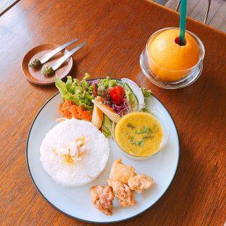 「グリーンカレーと地鶏ソテー」 タイから取り寄せたスパイスを使い本格的な味をお楽しみいただけます! 別添えのバジルペーストとパクチーペーストはお好みでカレーや静岡地鶏(いきいき鶏)のソテーに付けてお召し上がりください