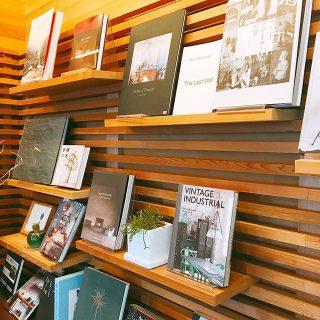 アルタナカフェの名前の由来でもある「或る棚」 置く物を変えるだけで表情が変わります