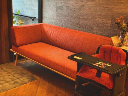シックなエントランスのアクセントとなるスカーレット色。 ︎ ALTANA Café @altana_cafe に展示中のソファとベビーチェアは、ハナレアルタナにて販売しております。 ︎ 飛騨産業 YURURI カウチ(右肘) W1,790×D800×H730・SH410mm 張地Bランク 223,000円+税 KATOJI bomeチェア(マット付き) W580×D530×SH440(下段)・500(上段) 30,000円+税