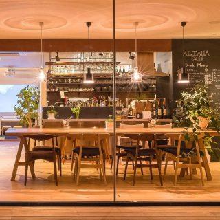ハナレアルタナ向かい @altana_cafe の一枚板大テーブルは、北海道タモの幅1m長さ3mの大木一枚板。通常8名最大10名でテーブルを囲む事ができます。 ・ カフェで3年使用している状態をランチやドリンクを愉しみながら是非ご覧ください。 ・ 国産タモ材は最近減少傾向の為、希少材になってきていますが、ハナレアルタナ店頭には現在1.8mのタモ一枚板テーブル1点展示販売しています! ・ 2.5mを超える一枚板は、カフェや飲食店、会社の応接室、ミーティングテーブルにおススメ、一枚置くだけで雰囲気がガラリと変わります! ロング一枚板のオーダー&コーディネートもご相談ください。