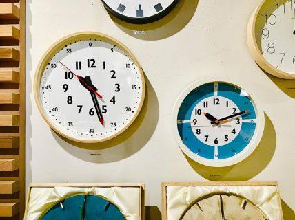ハナレ壁面時計コーナーに… 新しく仲間入り! . ◆タカタレムノス fun pun clock (左)¥8,000+TAX (右)¥5,000+TAX . 「ふんぷんくろっく」という カワイイ名前のこちらの時計。 ちいさいお子さんも見やすいデザインです︎ . . インテリアショップHANARE ALTANA 明日6/17(月)も11:00~17:00OPENです!