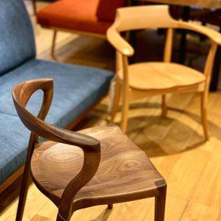 座り比べて欲しい板座の椅子 ︎ 工芸品のような職人の技術が詰まった無垢材の椅子は、見た目だけではありません! 滑らかな触り心地、身体の曲線にフィットする座面や背当たりの加工など、実物に触れて腰掛けて、その威力をぜひご体感ください。 ︎ ︎ 明日6/3(月)も11:00〜17:00までオープンします!