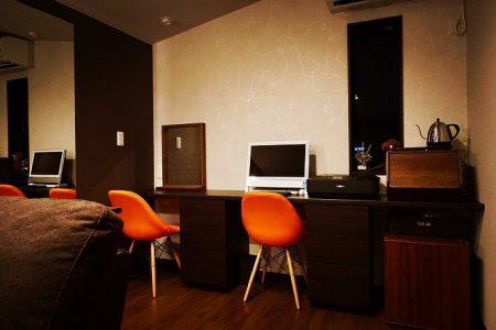 寝室を増築リフォーム! シックで落ち着いた雰囲気の空間に の を設置しました。 こだわりの詰まった 奥様お気に入りのスペースに。 ︎ リフォーム・リノベーションの相談はもちろん、 家具コーディネートのご相談も承っております! ︎ ▼過去の納品事例 @altana_renovation ▼インテリアショップ @hanare_altana
