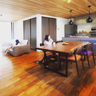 【MUKU-TEN納品事例】 ブラックウォールナット mukuten 一枚板ダイニングテーブル ︎ 幅広1.1mの根元に向かい放射した杢目が美しいブラックウォールナット一枚板のダイニングテーブルは大空間LDKに溶け込む。 ・ チークの無垢床とウエスタンレッドシダー無垢天井とのコーディネート ・ ・