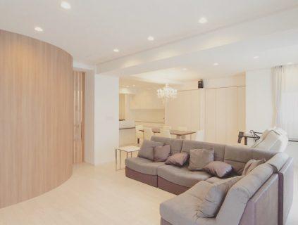 住宅フルリノベーション実例。白を基調とした色使いの中で木目の壁やソファがアクセントとなっています。 ————————————— more photos→@altana_renovation ————————————— 富士市永田67-17 1F TEL0545-51-8700 の なら へ! 「これまで」と「これから」を彩るリノベーション、として リノベカフェ と「部屋を考える店」インテリアショップ の2店を拠点に リフォーム・リノベーションのご相談から家具のコーディネートまで、 すべてを一か所で完結できるスムーズな流れのご提案をいたします。 . 店舗から水回りなどの設備交換、間取り変更や住まいの性能強化まで。