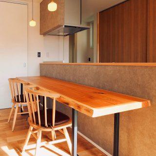 【MUKU-TEN&家具納品事例】 濃過ぎず、明る過ぎず、周りと調和した丁度良い色合いの ホワイトウォールナット一枚板テーブル。 長さ2,100mm、奥行き600mmと細長いサイズを置きカウンターテーブルとして使用。 長手には2人は悠々、3人まで横並びに掛けられます!コーナーも使えば更に増員可能。固定カウンターではない為、レイアウトを変えての食卓とは異なる使い方もできそうです。 オーク無垢材オイル仕上げのチェアを合わせ、素材感を活かしたナチュラルな雰囲気に。 ︎ ︎ a.depeche half round chair Leather cushion for HRC ︎ 本日6/9(日)も17時まで営業いたします。