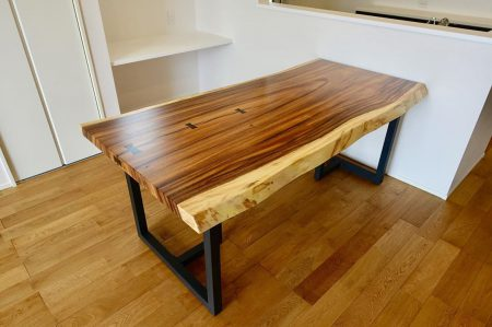 ︎無垢一枚板テーブル納品しました︎ . 個性的な木目が魅力のモンキーポッド一枚板テーブル。 豊かな色合いで他の材とも相性が良く、 さまざまな空間に合わせやすい一枚です。 . . こちらの一枚板テーブルは今日明日、6/15(土)6/16(日)開催の 第一建設藤枝支店( @daiichi_fujieda )見学会にてご覧いただけます。 ご予約は下記よりどうぞ! https://www.daiichikensetsu.co.jp/event/?p=19250 . . .