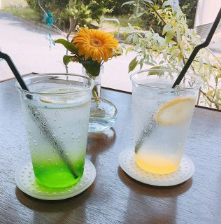 「アルタナレンジャーソーダ」 RED・・グレナデン(ザクロ) BLUE・・ブルーキュラソー YELLOW・・レモン PINK・・ピンクグレープフルーツ GREEN・・グリーングアップル グリーンは自然を愛するマイペース、イエローは明るいムードメーカー! 他の色はお店に来て確かめてくださいね^_^