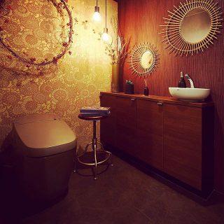 トープカラーの最上級タンクレストイレと伝統工芸「伊勢型紙」文様デザインの壁紙(背面) @hanare_altana 取り扱いインテリア雑貨でコーディネート。 アルタナのレストルーム(女子用)のインテリア&トイレが変わりました! フルオート、リラックスミュージック・泡クッション等の高機能最上級デザイントイレと空間をお試しください。 ・ アルタナのリフォームリノベーションはコチラ @altana_renovation ・ 8