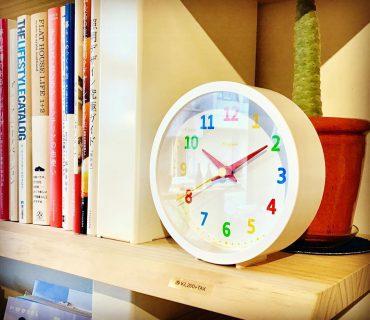 ︎ おもちゃ箱から飛び出したような カラフルな文字盤 子ども部屋にぴったりの置き時計です。 ◆Lemnos palette mini Φ150×d45mm ¥3,200+tax ︎