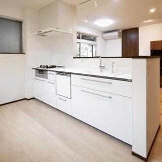 RC住宅のLDKリノベーション。 対面式に変更したキッチン周りはとても明るく清潔感のある空間に生まれ変わりました。 キッチン ————————————— more photos→@altana_renovation ————————————— 富士市永田67-17 1F TEL0545-51-8700 の なら へ! 「これまで」と「これから」を彩るリノベーション、として リノベカフェ と「部屋を考える店」インテリアショップ の2店を拠点に リフォーム・リノベーションのご相談から家具のコーディネートまで、 すべてを一か所で完結できるスムーズな流れのご提案をいたします。 . 店舗から水回りなどの設備交換、間取り変更や住まいの性能強化まで。