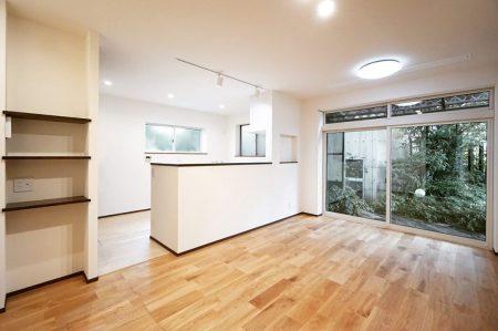 築50年を超えるRC住宅の部分リノベーション。 サッシやガラスの交換の他、床下や壁面の断熱施工も行い建物の性能の大幅な強化を行った上で対面式キッチンやニッチ収納、無垢床の採用で素材にもこだわったデザイン性の高い空間になりました。 ————————————— more photos→@altana_renovation ————————————— 富士市永田67-17 1F TEL0545-51-8700 の なら へ! 「これまで」と「これから」を彩るリノベーション、として リノベカフェ と「部屋を考える店」インテリアショップ の2店を拠点に リフォーム・リノベーションのご相談から家具のコーディネートまで、 すべてを一か所で完結できるスムーズな流れのご提案をいたします。 . 店舗から水回りなどの設備交換、間取り変更や住まいの性能強化まで。