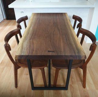 【MUKU-TEN納品事例】 ブラックウォールナット一枚板を納品いたしました! ご新築に合わせ、半年以上まえから吟味して決めていただいた唯一無二の一枚。お気に入りの椅子がしっかりと収まるように脚間のサイズも調整したこだわりのダイニングテーブルです! コンパクトながらも、一枚板の魅力を存分に味わっていただけるテーブルに仕上がりました ︎ 明日7/19(金)11:00〜17:00オープンいたします。