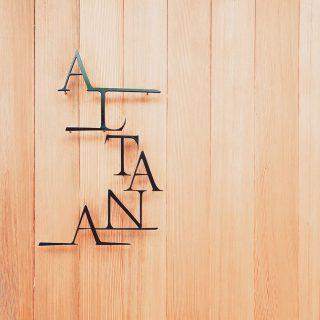 ALTANA(アルタナ)の名前の由来は ・ 「或る棚」 ・ 杓子定規の特定の棚ではなく、家の中に誰しもが持つ「或るひとつの棚」を指し ・ 同時に様々な可能性を持つオルタナティブな第2のリビング空間であることも意味します。 ・ アルタナカフェを中心にしたこのスペースではカタチを変えながら様々なケーススタディーでライフスタイルの提案を展開しています。 ・ ・ 北裏通り 目印は の ・ ↓ @altanacafe ・ ↓ @hanare_altana ・ ・ ↓ @altana_renovation ・ ・ ↓カフェ姉妹店 @home_cafe_xoxo @cafe_ldk ・