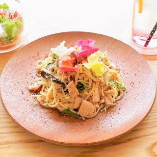 「オリーブ油漬けツナと季節の野菜パスタ」 味付けはガーリックオイルと塩・胡椒のシンプルな味付け、刻んだレモンが入っていてサッパリといただけますよ