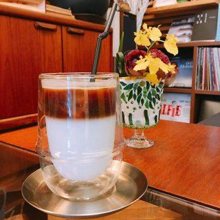 「キャラメルラテ」 ミルクとキャラメルシロップを混ぜ、上からエスプレッソを静かに注いで出来上がり! アイス・ホットがあるのでその日の気分でお選びください 本日8月30日は3と8が付く日(サバの日)限定のオイルサバディンのパスタをお召し上がりいただけます️