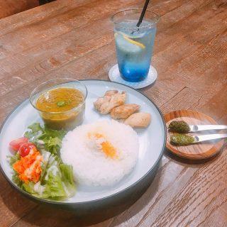 「グリーンカレーと地鶏ソテー」 本場タイから取り寄せたスパイスを使いスパイシーな中にもココナッツミルクのマイルドな甘さも楽しめるグリーンカレー! 別添えでバジルペーストとパクチーペーストが付きますのでお好みでカレーやチキンにお使いください #辛いけどマイルド?