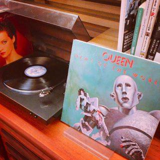 アルタナカフェではレコードを試聴する事が出来ます。 レコードの持ち込みも大歓迎なのでレコードはあるけどプレーヤーがない方、お家で眠っているレコードを聴いてみませんか? #レコード