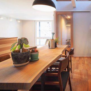 ︎ 【納品事例】 一枚板テーブルと無垢材チェアで歳月を重ねながら味わいを愉しむダイニング ︎ 火水木は定休日。 次回の営業は、8/2(金)11:00〜17:00オープンいたします。